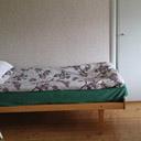 Jedno łóżko w sypialni