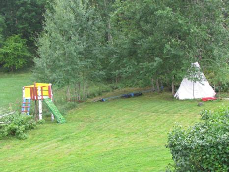 Widok na podwórko z okna domku