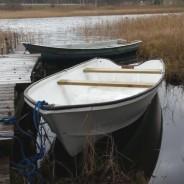 Biała łódka do łowienia ryb