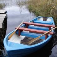 Niebieska łódka z wiosłami