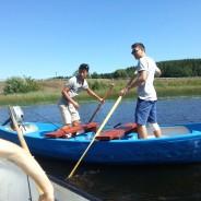 Niebieska łódka przy brzegu
