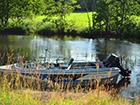 Łódka przy brzgu jeziora