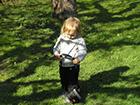 Dziecko bawi się aparatem fotograficznym