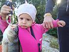 Małe dziecko trzyma okonia