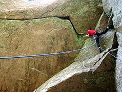 Wspinaczka na skałach w grocie